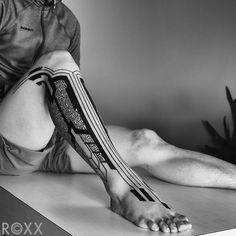 Tatuaje de estilo neotribal en la pierna derecha.... - Tatuajes para Hombres