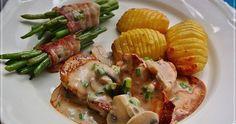 Schweinemedaillons, Champignonrahmsoße, Fächerkartoffeln, Bohnen im Speckmantel