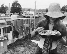 Woodstock 1969, Upon finding out there was a shortage of food, a Jewish community centre made sandwiches with 200 loaves of bread, 40 pounds of meat cuts and two gallons of pickles.