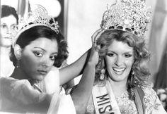 Momentos en que Judith Castillo Corona a su Sucesora Cristal Montañez como Miss Venezuela 1977..  Aunque no estaba de acuerdo con dicha decisión por parte del Jurado y la Organización..
