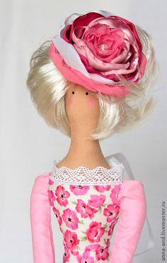 СТЕЛЛА. Кукла выполнена из натуральных материалов.Внутри маленькое пластиковое сердечко.На голове шляпка-роза ручной работы.Яркая расцветка платья дарит летнее настроение. Хотите узнавать о моих новых работах первыми – нажмите 'Добавить в круг'.