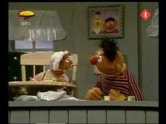 Bert & Ernie - Ernestine leert namen woordjes klappen