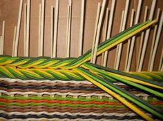Card Weaving, Paper Weaving, Weaving Textiles, Weaving Art, Loom Weaving, Tapestry Weaving, Peg Loom, Newspaper Crafts, Weaving Projects