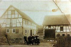 """""""Familie vor ihren Haus in Hattenbach, um 1912"""", in: Historische Bilddokumente <http://www.lagis-hessen.de/de/subjects/idrec/sn/bd/id/143-031> (Stand: 8.3.2011) #Hersfeld"""