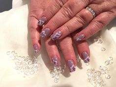 Lilla negler med blomster . Nails, Beauty, Finger Nails, Ongles, Beauty Illustration, Nail, Nail Manicure