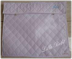Saquinho para maternidade em matelassê  cor do tecido branco e bordado azul Produto Lille Bebê