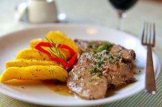 Cordeiro à portuguesa com batatas, prato que integra o menu da noite portuguesa no restaurante Zeffiro (Foto: Daniel Pera / Divulgação)