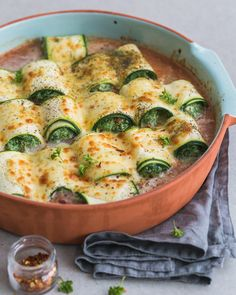 Zucchini rolls with ricotta and spinach Veggie Recipes, Vegetarian Recipes, Cooking Recipes, Healthy Recipes, I Love Food, Good Food, Yummy Food, Food Porn, Comfort Food