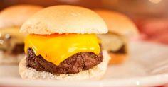 Hambúrguer é sempre uma delícia, em qualquer tamanho - inclusive nesta versão aperitivo, ótimo para dividir com os amigos. Clique no MAIS para ver a receita