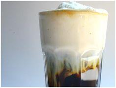 Nejlepší ledová káva - za minutu hotová Mléko si dejte do mrazáku tak na dvě hodinky, možná i tři. Ideální je konzistence ledové tříště. Jakmile jej vytáhnete, pořádně s ním zatřepejte, aby vznikla úžasná pěna. Tou zalijte již připravenou vychlazenou kávu.