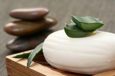 Como fazer sabonete de aloe vera sem soda cáustica. A maioria dos sabonetes são preparados com soda cáustica, um componente que pode não ser favorável para a saúde, manifestando na pele certas anomalias, tais como dermatite, caspa ou pele seca. Mas há ...