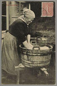 Dans le temps, les femmes faisaient la lessive ainsi...! Old Images, Old Pictures, Vintage Girls, Vintage Children, Ville France, Good Old Times, Photo Black, Women In History, Historical Photos