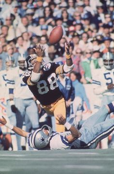 Pittsburgh Steelers wide receiver Lynn Swann makes a diving catch over Dallas Cowboys cornerback Mark Washington. Swann was named Super Bowl MVP after catching four balls for 161 yards and a touchdown in Pittsburgh's win over the Cowboys. Go Steelers, Pittsburgh Steelers Football, Sport Football, Dallas Cowboys, Football Rules, Football Players, Football Super Bowl, Lynn Swann, Football Conference