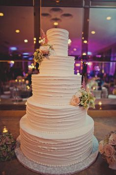 How pretty is this all white wedding cake from Creme de la Creme Bakery? There is something so elegant about this all white cake with small touches of floral by Antebellum Design. Photo by Two Pair Photography #wedding #cake