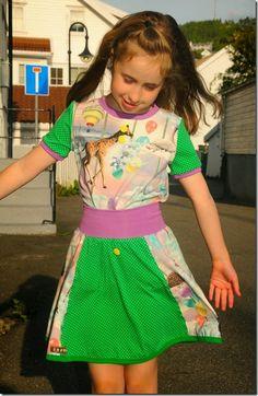 Jeg har sydd en t-skjorte etter mønster fra Fam Irvoll og ett skjørt etter mønster fra Gekko. Stoffene er fra Stoff og Stil og Kreativ, knappene har jeg fått. Farger er moro og giraffene og svanene skaper lek. #prikker #grønt #skjørt #skirt #t-shirt #-t-skjorte #sew #sewing #sy #søm #coverpro #overlock #Janome #Babylock #Babylockimagine