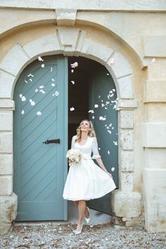 """BRAUTDIRNDL ,,Marie"""" Winterweiß Inspiriert von weichen Wolken verführt dieses Brautdirndl mit zartem Design. Ein winterweißes Leinenoberteil kombiniert mit einem Baumwollrock mit Blumendruck. Die feine Organza Schürze überzeugt mit einem original Ausseer Handdruck und Swarovski-Kristallen. Liebevolle Details wie Seidenpaspel und Swarovski-Kristalle geben dem Brautkleid eine exklusive Note. Foto by: Victoria Stütz Photography Daughter, Princess, Wedding Dresses, World, Sexy, Fashion, Dress Wedding, Winter White, Getting Married"""