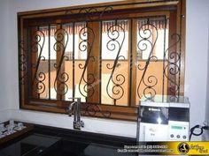 Janela de madeira com grade. Iron Doors, Iron Gate Design, Windows, Burglar Bars, Windows And Doors, Steel Windows, Iron Window Grill, Window Design, Iron Railing