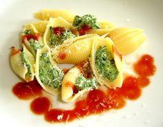 Muschelnudeln mit Spinat-Ricotta Füllung und süßer Tomatensoße