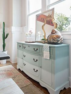 DIY Project: Ombre Sideboard for an Eclectic Dining Room - Best Decor Designs Best Decor, Vintage Dressers, Home Decor Shops, Classic House, Furniture Inspiration, Beautiful Bedrooms, Home Remodeling, Painted Furniture, Home Improvement