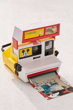 Vintage Cameras A Nerd-Approved Gift Guide For The Pop Culture Fanatic In Your Life Polaroid Camera Instax, Vintage Polaroid Camera, Vintage Cameras, Film Polaroid, Leica Camera, 35mm Film, Film Camera, Nikon D5200, Dslr Nikon
