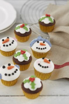 I'm not a big fan of traditional Christmas pudding, so I'd much rather eat a christmas pudding cupcakes instead. Easy to make, get kids involved in the kitchen, Pudding Cupcakes, Baking Cupcakes, Mini Cupcakes, Christmas Pudding, Christmas Baking, Christmas Cakes, Christmas Snowman, Christmas Ideas, Penguin Cupcakes