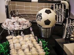 Bolas de futebol foram usadas para compor a decoração desse aniversário organizado pelo Studio Decor. Os doces estavam posicionados em caixas forradas com tiras de papel verde, que remetiam ao gramado de um campo de futebol