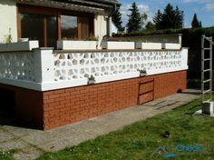 Die frisch modernisierte Terrasse bietet einen traumhaften Blick auf das Grundstück.