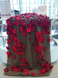 Shelf curtain decorated with poppies Anzac Poppy, Knitted Poppies, Crochet Poppy, Remembrance Day Poppy, Armistice Day, Church Stage Design, Poppy Pattern, Anzac Day, Window Displays