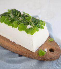 Kasvisvoileipäkakku: tsatsikia, fetatahnaa ja hernepestoa Tzatziki, No Bake Desserts, Cheesecakes, Dairy, Pudding, Cupcakes, Baking, Food, Quiches
