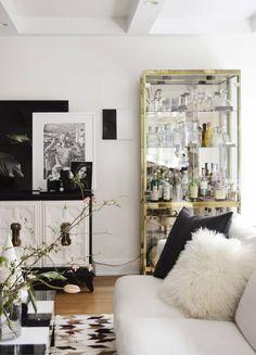 Vitrine dekorieren mit verspiegelten Rücken Glass Curio Cabinets, Black Cabinets, Home Bar Designs, Farmhouse Side Table, Room Interior Design, Modern Room, Bars For Home, Room Decor, Living Room