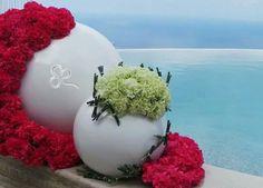 Allestimenti floreali moderni si affacciano su un panorama mozzafiato in un connubio perfetto di forme e colori