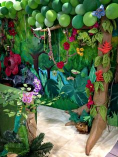 Use of mural background with some in front of it. VBS Journey off the Map Reg booth details - Balloon tree canopy, paper mache tree trunk Deco Jungle, Jungle Party, Safari Party, Jungle Safari, Backyard Canopy, Canopy Outdoor, Garden Canopy, Rainforest Theme, Rainforest Classroom