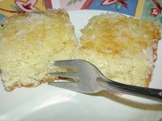 Bolo de Coco  3 ovos  2 xíc. de açúcar  2 xíc. de farinha de trigo  2 c. sopa de margarina  1 xíc. de leite  1 c. sopa de fermento  1/2 pacote de coco ralado (pacote de 100 gramas - use 50 g.)  COBERTURA:  1 xíc. de leite  1/2 pacote de coco ralado  1 xíc. de açúcar  Bater tudo no liqüidificador. Colocar em fôrma untada e enfarinhada.  COBERTURA:  Misturar tudo sem ir ao fogo. Colocar sobre o bolo assado e ainda quente.