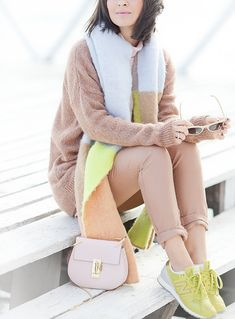 camel+trousers-lime+new+balance+sneakers-outfit+for+spring2