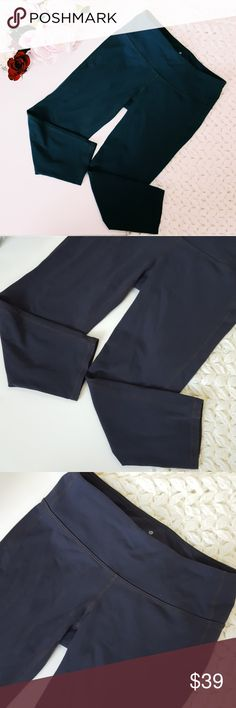 Athleta | grau crop workout pants | small In excellent condition! Athleta gray crop pant, size small. Wide waist band, great stretch fit. Used item- inspected for quality. Any wear or use is shown in pictures. Bundle up! Offers always welcome:) Athleta Pants