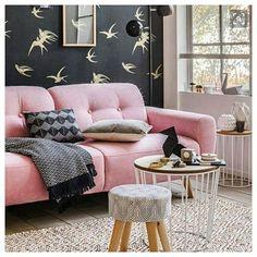 Rafraîchissement du salon en vue. Après une petite recherche, j'ai trouvé le papier peint de la photo, ne reste plus qu'à se mettre au travail..💪. #inspo #fly #inspideco #homeinterior #pinksofa #birds #decointerieur #pinkmood #tabouret #mydeco #home #ornamento #vase #cosyathome #athome #blackpinkgold #black#plaid #goldbird #homeinspo #homestyling  #interiorinspiration #dolcecasa #instadeco decostagram #decorationinterieur #myinspiration @fly_france