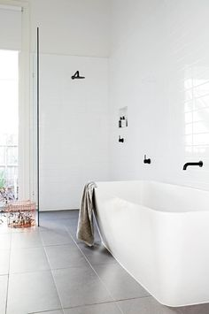 Weiß Badezimmer Design Fotos Modern Schwarz – Rebel Without Applause Black White Bathrooms, Modern White Bathroom, Minimal Bathroom, Grey Bathrooms, Simple Bathroom, Beautiful Bathrooms, Bathroom Black, Bathroom Ideas White, Contemporary Bathrooms