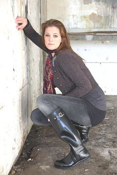 Redhead in black hunter wellies boots jeans sweater outfit Black Hunter Boots, Wellies Rain Boots, Hunter Wellies, Ladies Wellies, Rain Fashion, Women's Fashion, Hunter Outfit, Leather Riding Boots, Heels