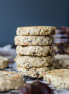 Only 3 ingredients needed to make these delicious vegan tahini date cookies: oats, dates and tahini! Naturally sweet, gluten-free, oil-free.