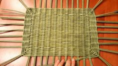 Rectangular basket bottom on a loom Newspaper Basket, Newspaper Crafts, Paper Basket Weaving, Rectangular Baskets, Handbag Tutorial, Paper Bag Crafts, 5 Min Crafts, Recycled Magazines, Paper Magic