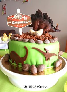 Dinosaurs birthday cake for boys. Birthday Cake For little boys on the theme of Dinosaurs. Dinosaur Birthday Cakes, Dinosaur Cake, Silhouette Cake, Cakes For Boys, Amazing Cakes, Kids Meals, Birthday Candles, Food And Drink, Birthday Parties