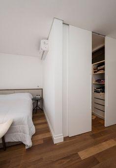 A madeira de demolição que cobre todo o piso da suíte aquece o ambiente decorado pelo branco quase absoluto dos acabamentos, armários planejados e da roupa de cama. O projeto de interiores do apartamento em Campinas (SP) é assinado pela arquiteta Elaine Carvalho