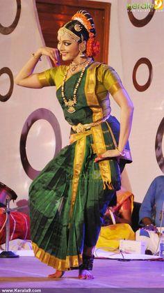 Manju Warrier Kuchipudi Dance Dance India Dance, Folk Dance, Dance Art, Dance Photography Poses, Dance Poses, Cultural Dance, Indian Classical Dance, Dance World, Indian Textiles