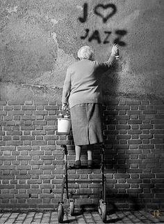 Graffiti art , street art , Urban art art Life style by urbanNYCdesigns Banksy, Street Photography, Art Photography, Street Art, Street Graffiti, Street Style, Graffiti Artwork, Jolie Photo, Old Women