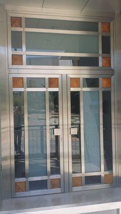 2006 Puerta Sánchez Blázquez en Moratalla. Acero, cristal y madera de Palo Rojo.Puerta de acero inoxidable y cristal, con detalles en madera de Palo Rojo.