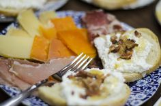 Having friends over on the patio? Whip together this easy to make bacon honey ricotta crostini for them to enjoy