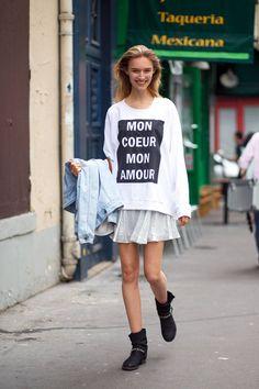 Graphic sweatshirt + full skirt