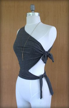 20 Exceptionally Creative T-Shirt Cutting Ideas We all have old T-shirts stored somewhere in our wardrobe, forgotten for years and waiting to be thrown away. Diy Cut Shirts, Simple Shirts, Old T Shirts, T Shirt Diy, Diy T Shirt Cutting, T Shirt Crafts, T Shirt Recycle, Diy Old Tshirts, Men Shirts