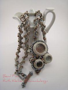 Perlengefädelte Halskette mit Perlenstickerei Anhänger von BeadFizz