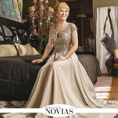 NOVIAS Para las mamás que optan por tonos neutros, este vestido de delicadas mangas y torso completamente cubierto por cristales y pedrería es una acertada opción. #ModaMamás